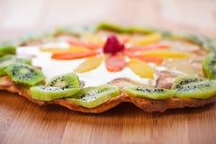 Kuchen mit Kiwi und Ananas Stockfoto