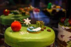Kuchen mit Kugel und Tanne Für Winter u. beste Gelegenheiten Stockfotos