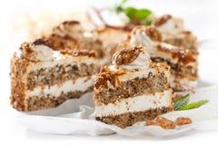 Kuchen mit Muttern und Karamell Stockfotografie