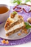 Kuchen mit Muttern und Karamell Stockbilder