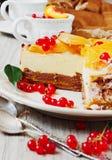 Kuchen mit Pfirsichen und roten Johannisbeeren Lizenzfreies Stockfoto