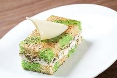 Kuchen mit Pistaziennachtisch lizenzfreie stockbilder