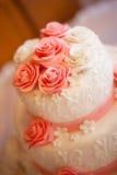Kuchen mit rosafarbenen Rosen Stockbilder