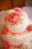 Kuchen mit rosafarbenen Rosen Stockfotografie