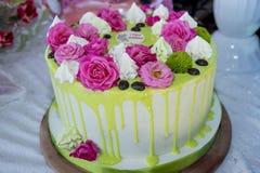 Kuchen mit Rosengeburtstag Stockbild