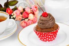 Kuchen mit Sahne, kleiner Kuchen auf hölzernem Hintergrund Lizenzfreie Stockbilder