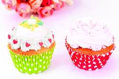 Kuchen mit Sahne, kleiner Kuchen auf hölzernem Hintergrund Lizenzfreie Stockfotografie