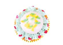 Kuchen mit Sahne, kleiner Kuchen auf hölzernem Hintergrund Stockbilder