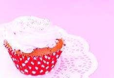 Kuchen mit Sahne, kleiner Kuchen auf hölzernem Hintergrund Stockbild
