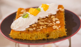 Kuchen mit Sahne und Frucht Stockbild