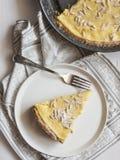 Kuchen mit Sahne und Kiefernnüsse Stockbilder