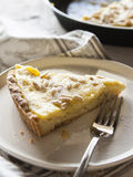 Kuchen mit Sahne und Kiefernnüsse Lizenzfreie Stockbilder