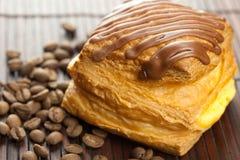 Kuchen mit Schokolade und Kaffeebohnen Stockbilder