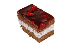 Kuchen mit Schokoladenschwammkuchenschlagsahne und -kirschen lizenzfreies stockbild