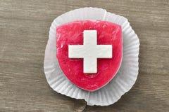 Kuchen mit Suisse-Flagge Stockfotos