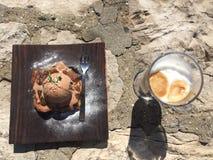 Kuchen mit tadellosem Blatt auf hölzerner Platte Lizenzfreies Stockfoto