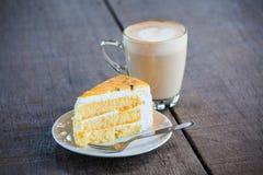 Kuchen mit Tasse Kaffee auf alter hölzerner Tabelle Lizenzfreie Stockfotografie