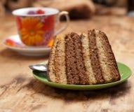 Kuchen mit Tee oder Kaffee lizenzfreie stockfotos