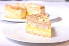 Kuchen mit Vanillecreme und -mandeln Stockfotos