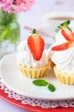 Kuchen mit weißer Proteinsahne und -erdbeere Lizenzfreie Stockfotos
