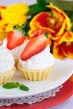 Kuchen mit weißer Proteinsahne und -erdbeere Lizenzfreies Stockfoto