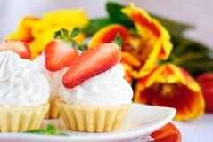 Kuchen mit weißer Proteinsahne und -erdbeere Stockbilder