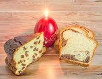 Kuchen nannten Pasca gemacht mit Käse und Rosinen, Cozonac mit Inspektion Lizenzfreie Stockbilder