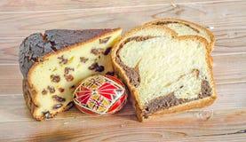 Kuchen nannten Pasca gemacht mit Käse und Rosinen, Cozonac mit Inspektion Lizenzfreies Stockfoto