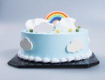 Kuchen oder Geburtstagskuchen auf einem Hintergrund Stockfotografie