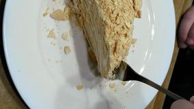 Kuchen schneiden mit Gabel auf weißer Platte und gegessen stock video footage