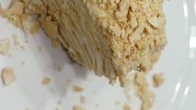 Kuchen schneiden mit Gabel auf weißer Platte und gegessen stock footage