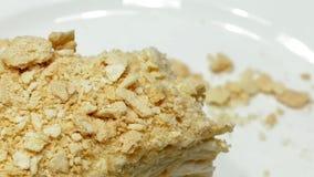 Kuchen schneiden mit Gabel auf weißer Platte und gegessen stock video