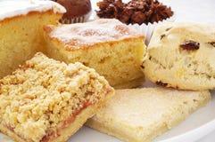 Kuchen und Behälter backen Auswahl auf weißem Hintergrund Lizenzfreies Stockbild