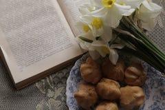 Kuchen und Blumen mit Buch Lizenzfreie Stockbilder