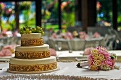 Kuchen und Blumenstrauß Stockbilder