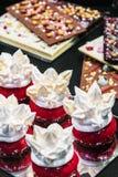 Kuchen und Bonbons auf dem Zähler eines Süßwarenladens Lizenzfreie Stockfotos