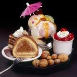 Kuchen und Eiscreme Stockfotos