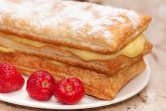 Kuchen und Erdbeeren lizenzfreies stockfoto