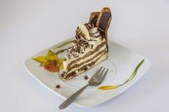 Kuchen und Gabel auf einer Untertasse Lizenzfreie Stockfotos