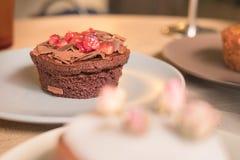 Kuchen und Gebäck in den Platten Lizenzfreies Stockfoto