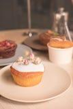 Kuchen und Gebäck in den Platten Lizenzfreie Stockfotografie