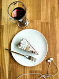 Kuchen und Glühwein im Abendcafé stockbilder