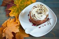 Kuchen und Herbstlaub Lizenzfreies Stockbild