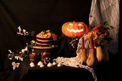 Kuchen und Kürbis Helloweens Stockfotografie