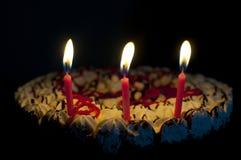 Kuchen und Kerzen lizenzfreies stockfoto
