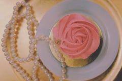 Kuchen und Perlen stockfotos