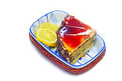 Kuchen und Scheiben der Zitrone auf einem weißen Hintergrund Stockbild