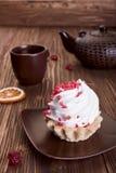 Kuchen und Tee auf einem hölzernen Hintergrund. Lizenzfreie Stockfotos
