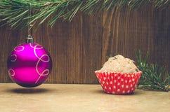 Kuchen- und Weihnachtsbaumdekoration auf einem hölzernen Hintergrund Stockfoto