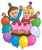 Kuchen und zwei Kinder, die Bild 3 feiern lizenzfreie abbildung